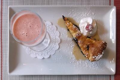 Blueberry Dutchbaby with Fruit and Yogurt smoothie