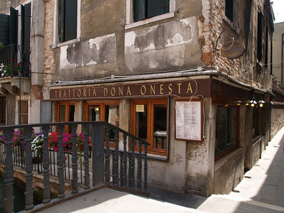 Trattoria Dona Onesta in the Santa Croce area where we had lunch. Excellent stop for a spaghetti carbonara and tortellini with ham and cheese