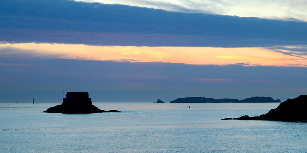 Sunset on Saint-Malo's bay<br /> <br /> Coucher de soleil sur la baie de saint-maloet le fort du petit be
