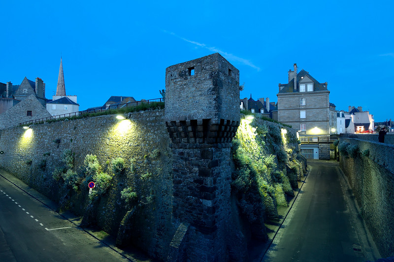 The fortifications by night<br /> <br /> Les vieux remparts de saint-malo la nuit