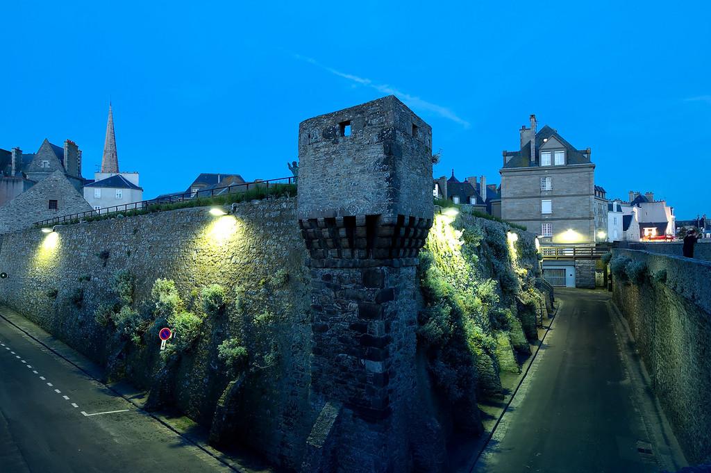 The fortifications by night<br /> <br /> Les vieux remparts de saint-malo la nuit