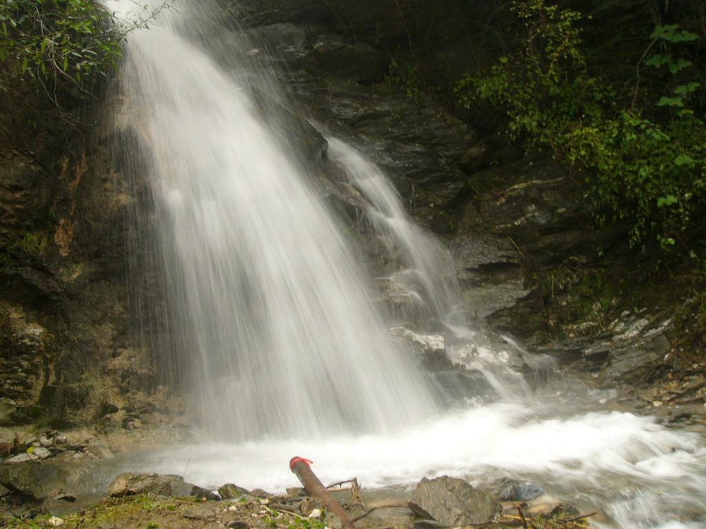 05Oct05_1557 Waterfall at LouGuanTai