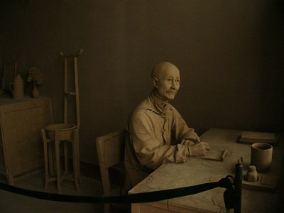 04Oct05_1523 ChangNingGong has a mountain hide-out, used by the KuoMinTang. You can visit the tunnel and caves, which are rather sparsely furnished and labelled. Outside the tunnel complex is a room with this sculpture of ChangKaiShek.
