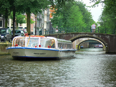 Kemmerer___Tourist boat on an Amsterdam canal