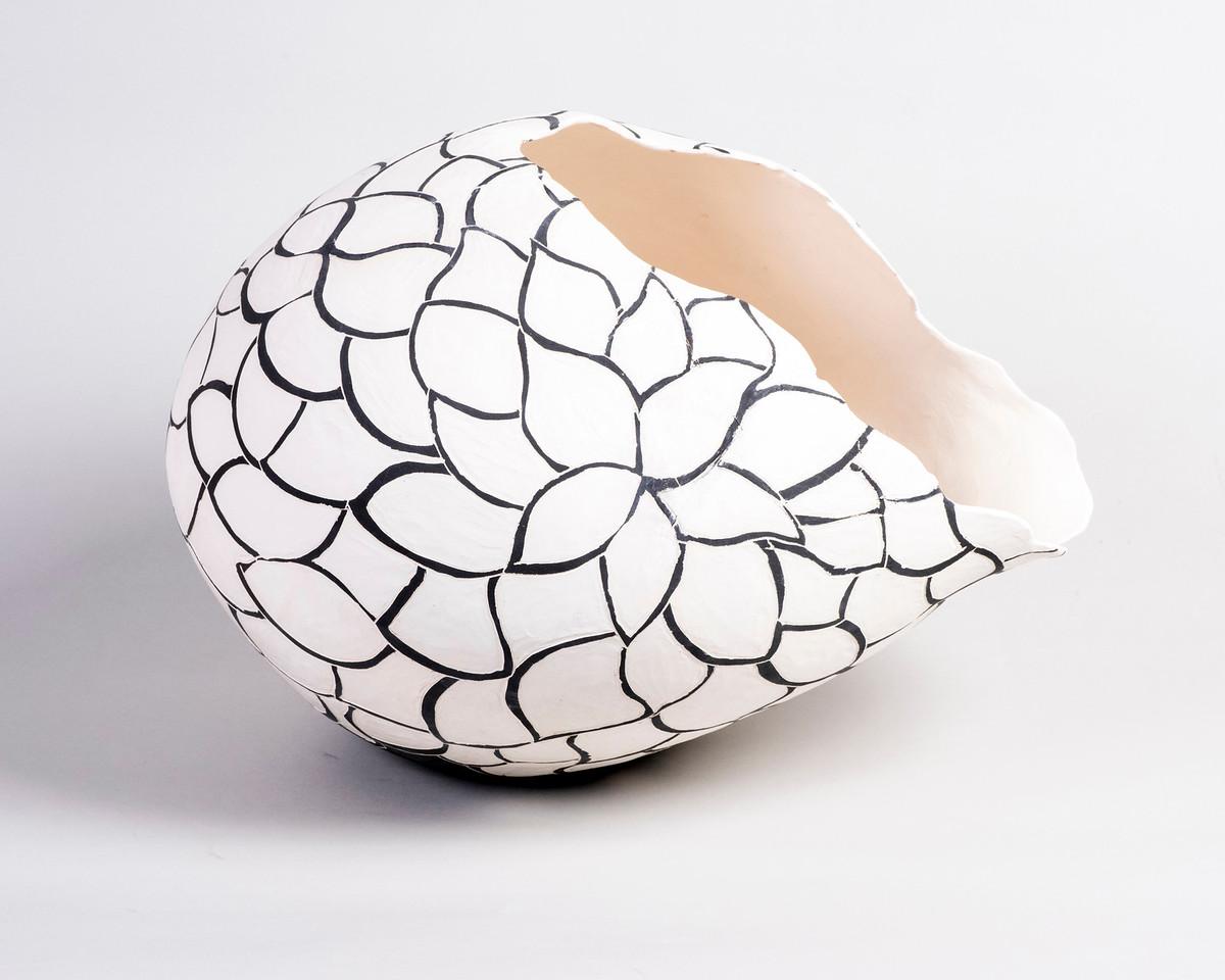 1_Mulligan_Black and White Carved vessel