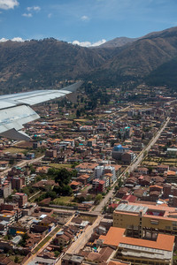 De luchthaven van Cuzco ligt midden in de stad.  Het lijkt wel een noodlanding in de stad.