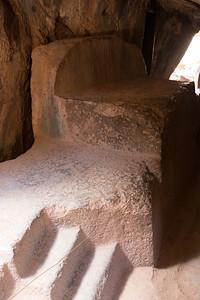 Het uit masive rots gehouwen altaar van de 'tempel van de maan'