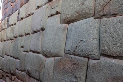 Fundering van een Spaans gebouw op de aardbeving bestendige grondvesten van de Inca's.