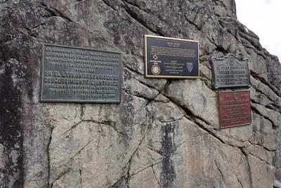 Een aantal gedenkplaten aan de ingang van Mach Picchu