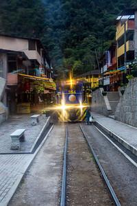 De trein arriveert in het stadje Aguas Calientes. Daar staan bussen klaar om ons 2 km omhoog te brengen naar de ingang van de tempelstad.