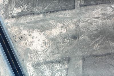 Een bewijs van fragiliteit van de Nazcar lijnen. Sporen van vracht- en 4x4-voertuigen, dwars door de lijnen.
