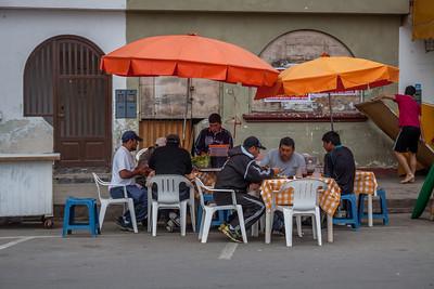 lokale vissers aan het lunchen
