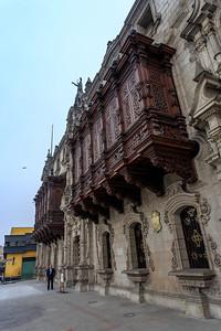 LIMA: aartsbisschoppelijk paleis, balkons van bewerkt cederhout