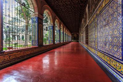 LIMA:  de hal en de gangen van het klooster versierd met Sevillaans tegelwerk