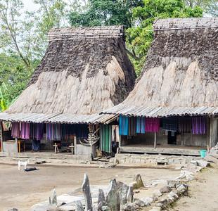 Alle huisje zijn bewoond en de meeste bewoners trachten een graantje mee te pikken van de toeristische aandacht. Zowel die van buitenlandse als interesse vanuit de andere eilanden van de Indonesische archipel.
