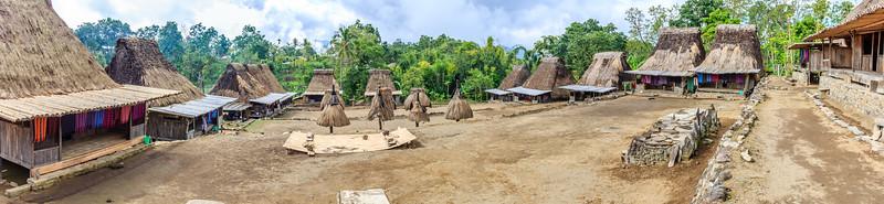 Ngada dorp Luba. Rechts megalithische offer altaren. In het centrum de mannelijke constructies met mannelijke symbolen (boog en pijl) en daarachter de vrouwelijke huisjes.