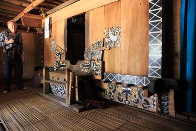 Een ongewoon moment we worden uitgenodigd om een kijkje te komen nemen in het Ngada huis.  De versieringen geven een andere kijk op de soms toch zeer armoedige aanblik van de huisjes. Deze wordt gemaakt door de kunstenaar in een keer zonder stoppen of slapen.
