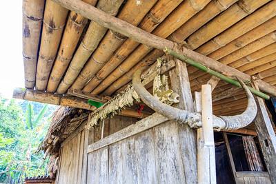 Bij iedere fase van de constructie van de hutten zijn er festiviteiten en ceremonies om goed geluk af te dwingen. Deze gaan samen met het offeren van dieren. De hoornen of de kaaksbeenderen worden opgehangen aan de hut.