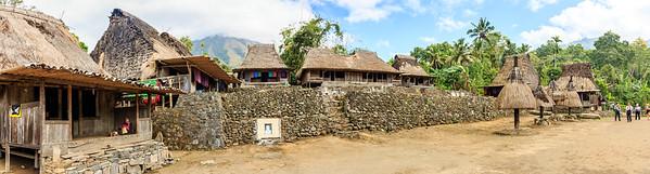 Panorama van Ngada dorp met op de achtergrond in de wolken de vulkaan Inerie . Echt veel toeristen waren er niet, alleen wij.