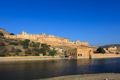Maotha meer met het Amber fort op de achtergrond.