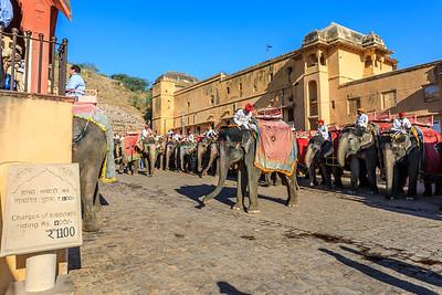 Opstapplaats voor het ritje op een olifant naar het Amber fort.