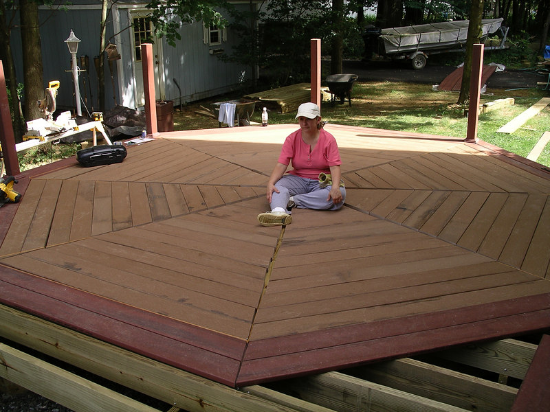 I did the whole thing, I did the whole thing.... Here we just placed the boards on the deck, they still need to be final positioned before they can be screwed down.