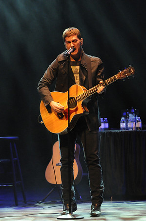 Photograph of Rob Thomas in concert.