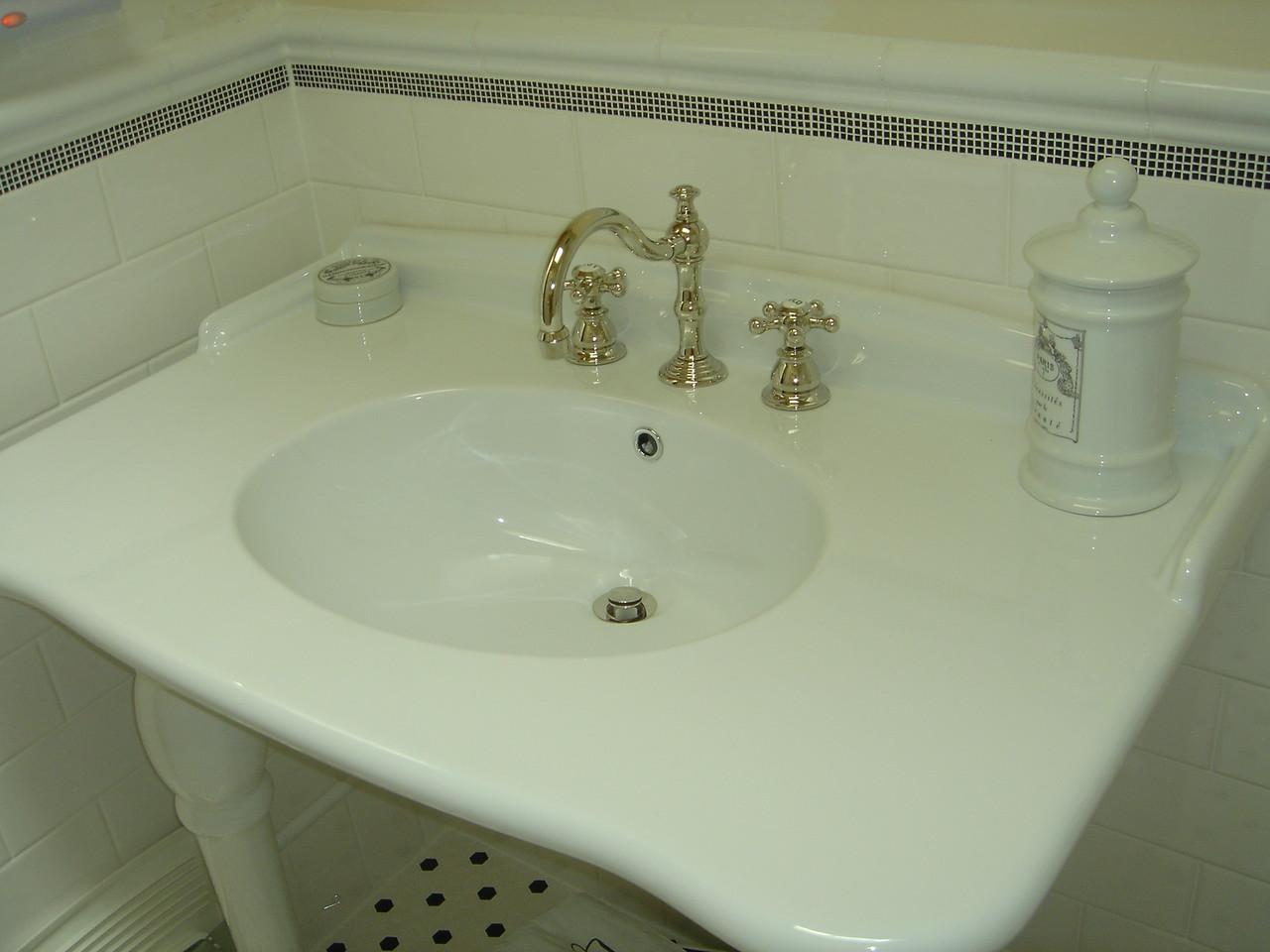 The sink, note cute floor!