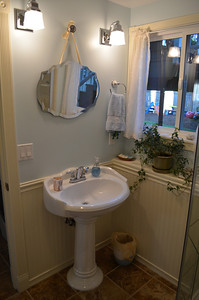 Downstairs bathroom (3/4).