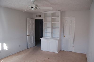 This is the original guest bedroom. As in every other room in the house, we have our obligatory bookshelves (now gone).