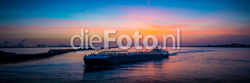 Binnenvaartschip in het Breeddiep bij Hoek van Holland