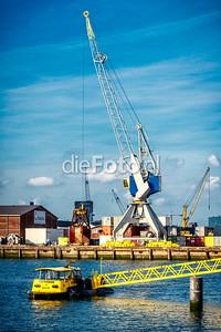 Watertaxi in Waalhaven voor blauwgele kraan