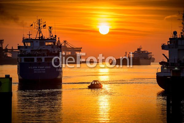 KRVE bootje tussen de grote zeeschepen
