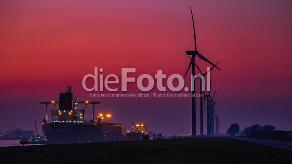 Zonsondergang over de haven van Rotterdam
