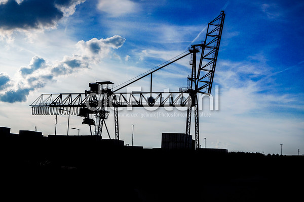 Hijskraan Waalhaven in silhouette