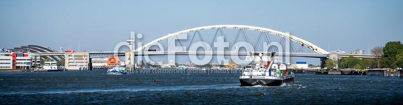 Van Brieneroordbrug over het water met binnenvaartschip