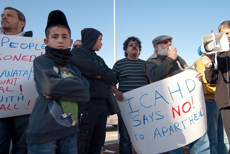 Jeff Halper of ICAHD makes a speech during a demonstration against the separation barrier 以色列反對清拆房屋委員會的創辦人哈爾珀在一針對隔離牆的示威中發表講話