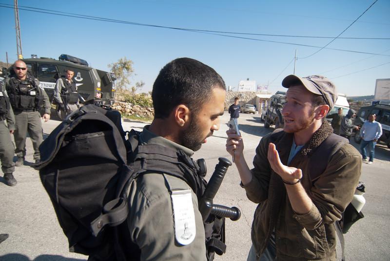 A Jewish activist tries to stop a demolition 一名猶太活躍分子嘗試阻止清拆行動進行