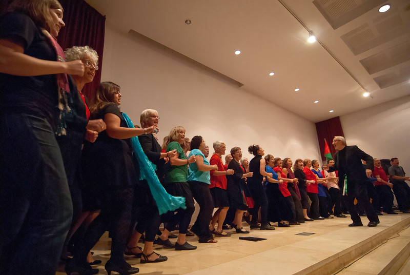 A Swedish choir join their Palestinian counterpart on stage 一隊瑞典合唱團和一隊巴勒斯坦合唱團同台演出