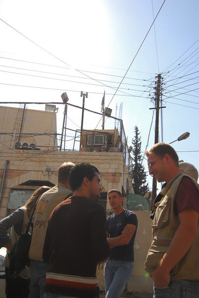 Members of EAPPI talk to Palestinians in Hebron 以巴地區合一伴隨計劃的成員在希伯崙跟巴勒斯坦人對話
