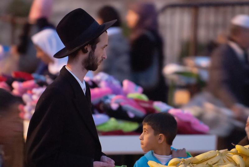 An Orthodox Jew purchases bananas from a Palestinian hawker 一位正統派猶太教徒向巴勒斯坦小販購買香蕉