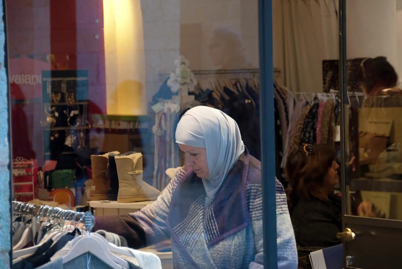 A Muslim does her shopping in Mamilla, a predominantly Jewish area in West Jerusalem 一位穆斯林在瑪米拉,一個在西耶路撒冷中以猶太人為主的地方內購物