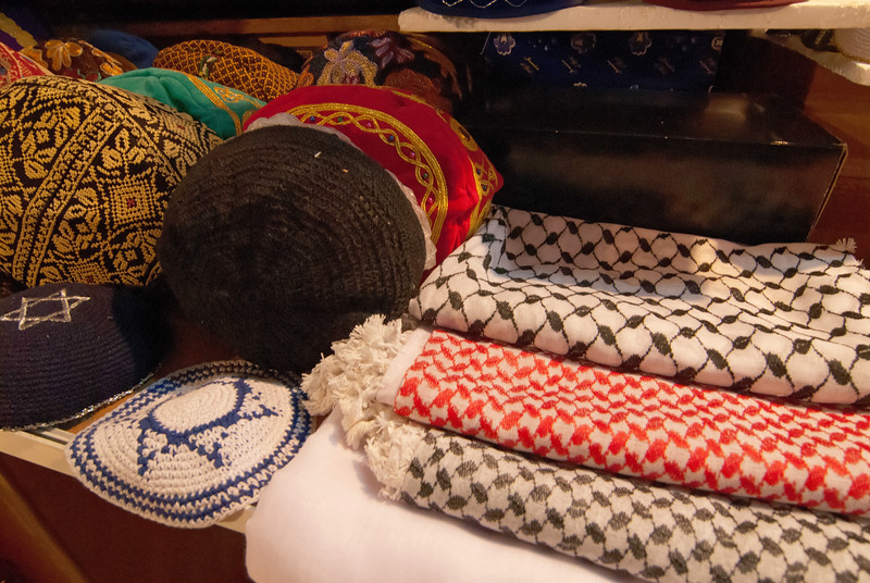 Jewish kippahs being sold alongside Palestinian scarfs 猶太教的基帕和巴勒斯坦圍巾被放在一起出售
