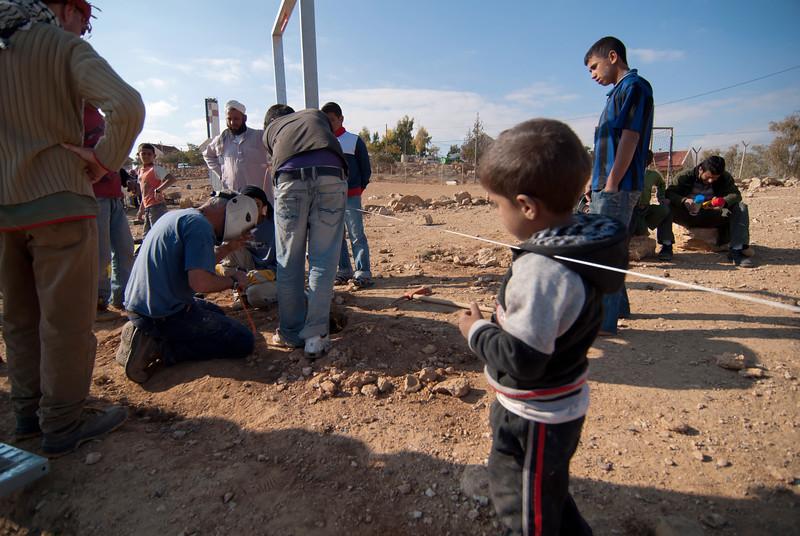 Members of Ta'ayush build a rudimentary football field for a Palestinian Bedouin village 由以巴成員共同組成的民間組織正為一巴勒斯坦貝都因人村落建造一個簡單的足球場