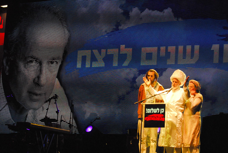 Rabbi Menachem Froman takes the stage during the 16th Yitzhak Rabin Memorial Rally in a call for peace 弗勒曼拉比在第十六屆拉賓紀念集會中呼籲大家追求和平