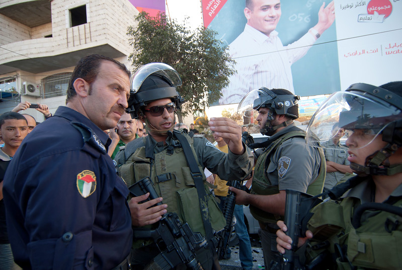 An Israeli army officer and a Palestinian policeman in discussion 一位以色列軍官正和一位巴勒斯坦警察對話