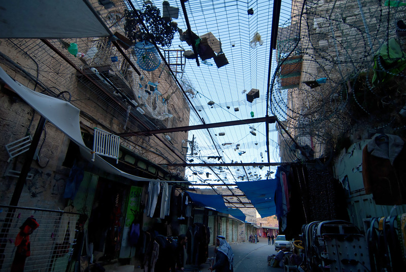 Overhead fences installed along a street in Hebron for pedestrians' protection from objects hurled by extreme Israeli settlers 在希伯崙某街道的天花網,用來保護途人免受激進以色列殖民者投擲的物件所傷害