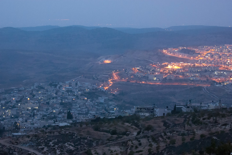 A Palestinian village overlooked by an Israeli settlement 被以色列殖民區俯視著的巴勒斯坦村落