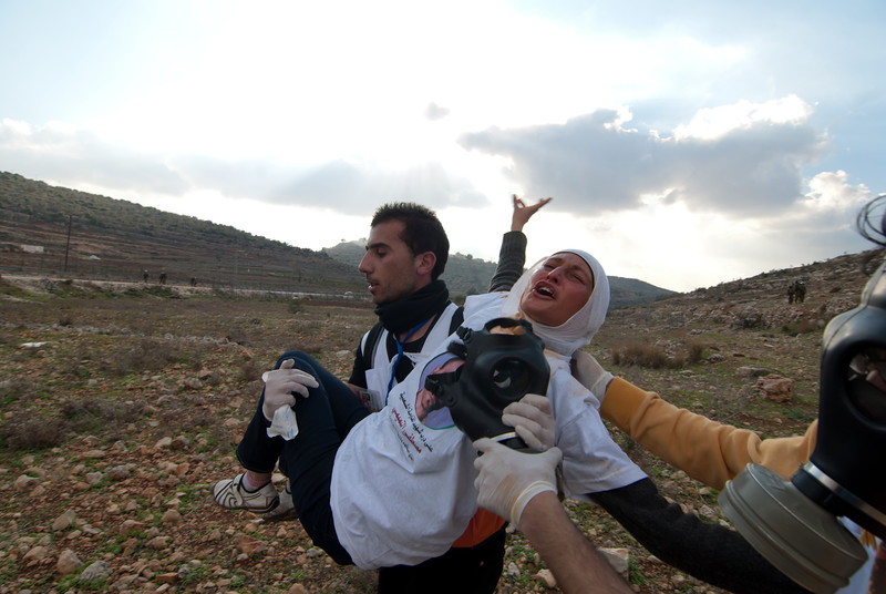 An injured Palestinian protester being rushed to the ambulance 一名受了傷的巴勒斯坦示威者被送往救傷車