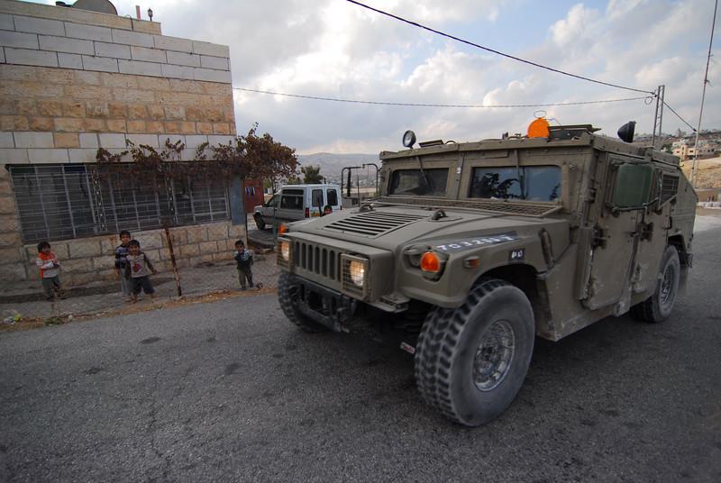 An Israeli army patrol near Bethlehem 在伯利恆附近的以軍巡邏車